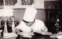 Student des medizinischen Instituts an der Abteilung des Biologieweinlesefotos Lizenzfreies Stockbild