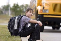 Student dichtbij de schoolbus royalty-vrije stock fotografie