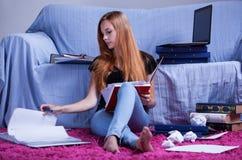 Student die aan examen leren Stock Afbeelding