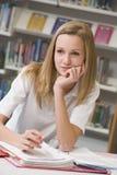 Student die in bibliotheek bestudeert Royalty-vrije Stock Foto