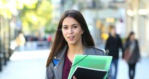 Student die bij camera in de straat spreken stock videobeelden
