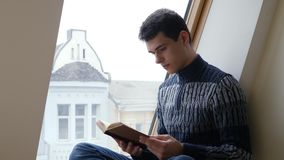 Student die bruin boek lezen stock footage
