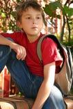 Student die buiten school wacht Stock Foto's