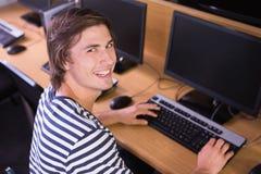 Student die computer in klaslokaal met behulp van Stock Foto's