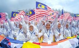 Student die de vlag van Maleisië golven die ook als Jalur Gemilang wordt bekend Royalty-vrije Stock Afbeelding