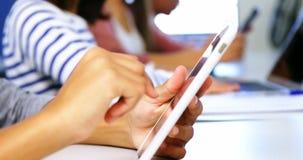 Student die digitale tablet in klaslokaal gebruiken stock footage