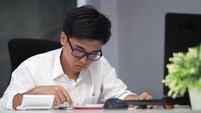 Student die een boek lezen stock video