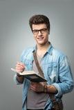 Student die een boek lezen royalty-vrije stock foto