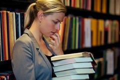 Student die in een boek wordt ondergedompeld Royalty-vrije Stock Afbeeldingen