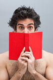 Student die een interessant boek leest Stock Foto's