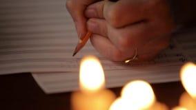 Student die een muziek schrijven: musicus die met een potlood in een muziekboek samenstellen Muzikaal personeel stock footage