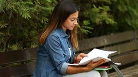 Student die in een park bestuderen stock footage