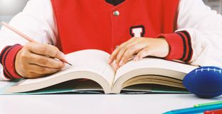Student die en boek schrijven lezen stock afbeeldingen