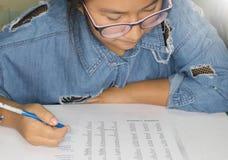 Student die Engelse les in klasse bestuderen royalty-vrije stock foto