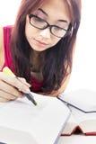 Student die ernstig bestudeert Stock Afbeeldingen
