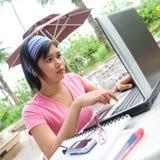 student die haar laptop computer met behulp van Stock Foto