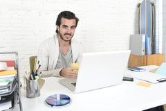 Student die het universitaire project of hipster stijl freelancer zakenman werken met laptop voorbereiden royalty-vrije stock foto's