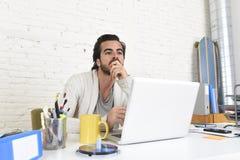 Student die het universitaire project of hipster stijl freelancer zakenman werken met laptop voorbereiden royalty-vrije stock afbeeldingen