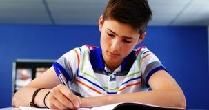 Student die in klaslokaal bestudeert stock footage