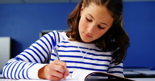 Student die in klaslokaal bestudeert stock videobeelden