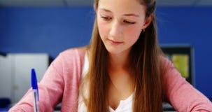 Student die in klaslokaal bestudeert stock video