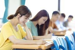 Student die in klaslokaal bestudeert stock foto