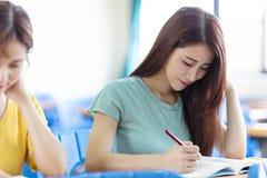 Student die in klaslokaal bestudeert royalty-vrije stock afbeelding