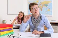 Student die in klaslokaal denkt Royalty-vrije Stock Fotografie