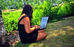 Student die laptop met behulp van Royalty-vrije Stock Foto
