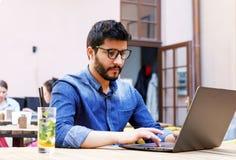 Student die Laptop met behulp van royalty-vrije stock fotografie