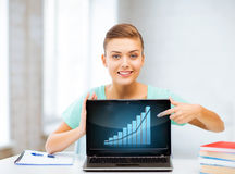 Student die laptop met grafiek tonen Stock Foto