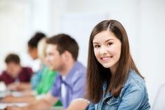 Student die met computer op school bestuderen Stock Afbeeldingen