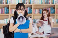 Student die met een megafoon spreken Stock Foto's