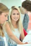 Student die met haar vrienden bestudeert Stock Fotografie