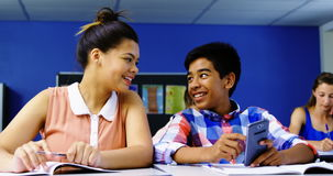 Student die mobiele telefoon in klaslokaal met behulp van stock videobeelden