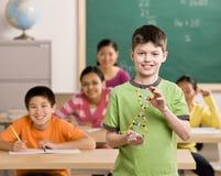Student die moleculair model in klaslokaal houdt royalty-vrije stock foto's