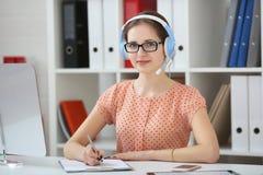 student die online gebruikende hoofdtelefoons bestuderen Royalty-vrije Stock Afbeelding