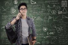 Student die op cellphone in klasse spreken Stock Foto's