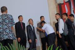 Student die op de schouder van de leraar tijdens graduatie schreeuwen royalty-vrije stock afbeelding