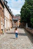 Student die op de straat in Beguinage van Leuven lopen Stock Fotografie