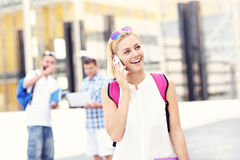 Student die op de telefoon in de campus spreken Stock Foto's