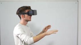 Student die op voor het eerst virtuele werkelijkheidsglazen proberen - VR stock video