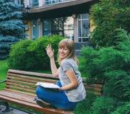 Student die in park bestudeert Royalty-vrije Stock Afbeeldingen