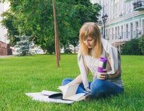 Student die in park bestudeert stock afbeeldingen