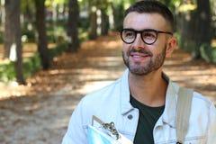 Student die rond campus in de herfst wandelen royalty-vrije stock fotografie
