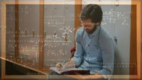 Student die tegen kasten met berekeningen aan de voorgrond werken stock videobeelden