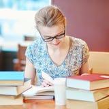 Student die of voor examens bestuderen voorbereidingen treffen Stock Fotografie