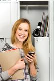 Student die zich door de Kasten van de School bevindt Royalty-vrije Stock Fotografie