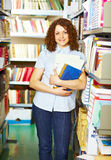 Student die zich met boeken bevindt stock foto's