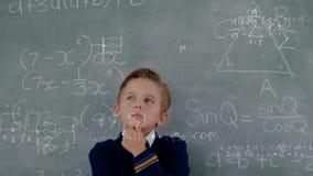 Student die zich voor het bord met berekeningen op de voorgrond bevinden vector illustratie